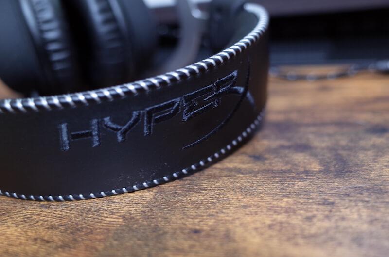 ヘッドバンド上部には「HyperX」刺繍