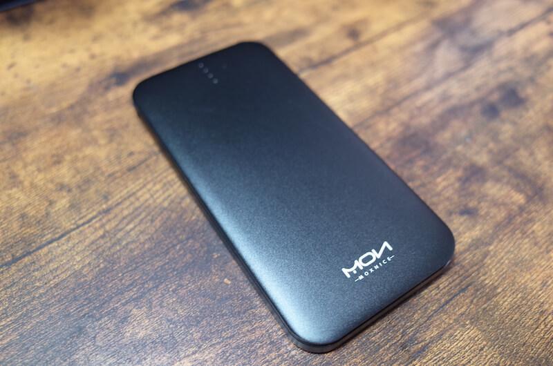 モバイルバッテリーの質感は、指紋がつきにくいマットな感じ