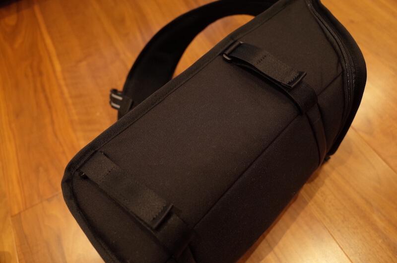 バッグのサイドにはマジックテープ式のストラップ