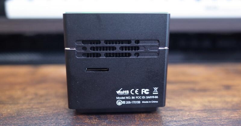 排熱口とMicroSDカードスロット