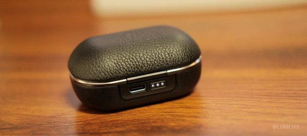 ケースの充電残量は、背面にあるLEDインジケーターで知ることができます