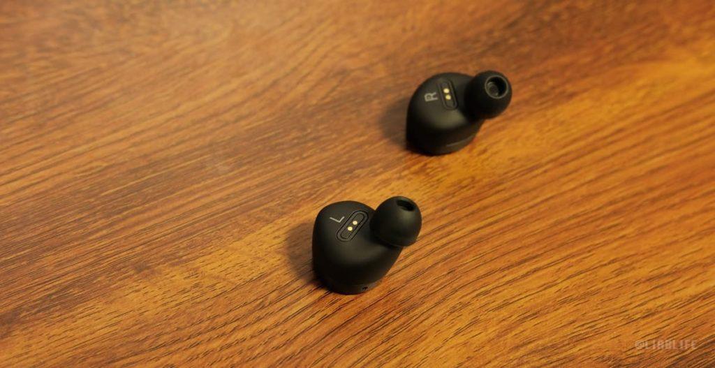 人の耳の形状やカーブの研究がされたという装着側