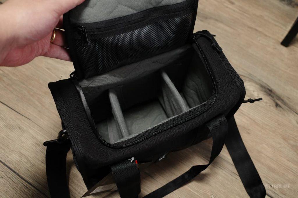 バッグ内は厚めのクッションでしっかりとカメラを保護