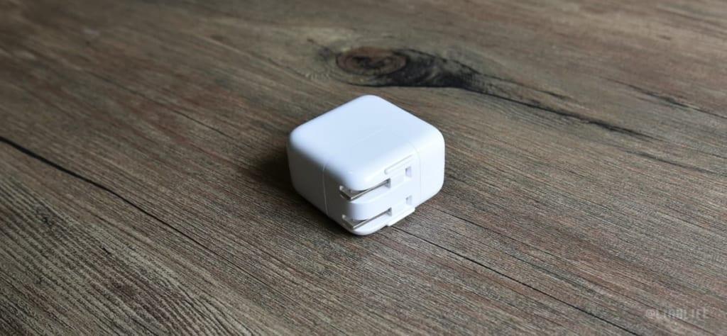 このUSB充電アダプタ。サイズがひと回り小さくてすごくいいです