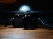 Leica M9の赤バッジを黒バッジに変えてみた