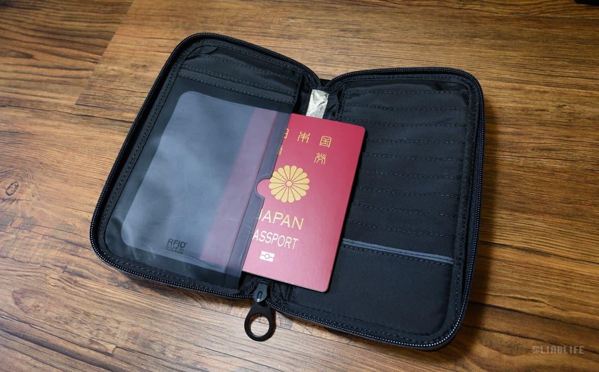 パスポート収納部はデジタル盗難防止機能付き