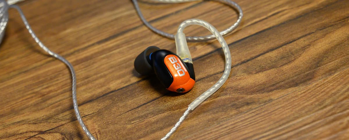 B30は耳掛け型ケーブルの形状になっています。SHURE掛けともいいますね