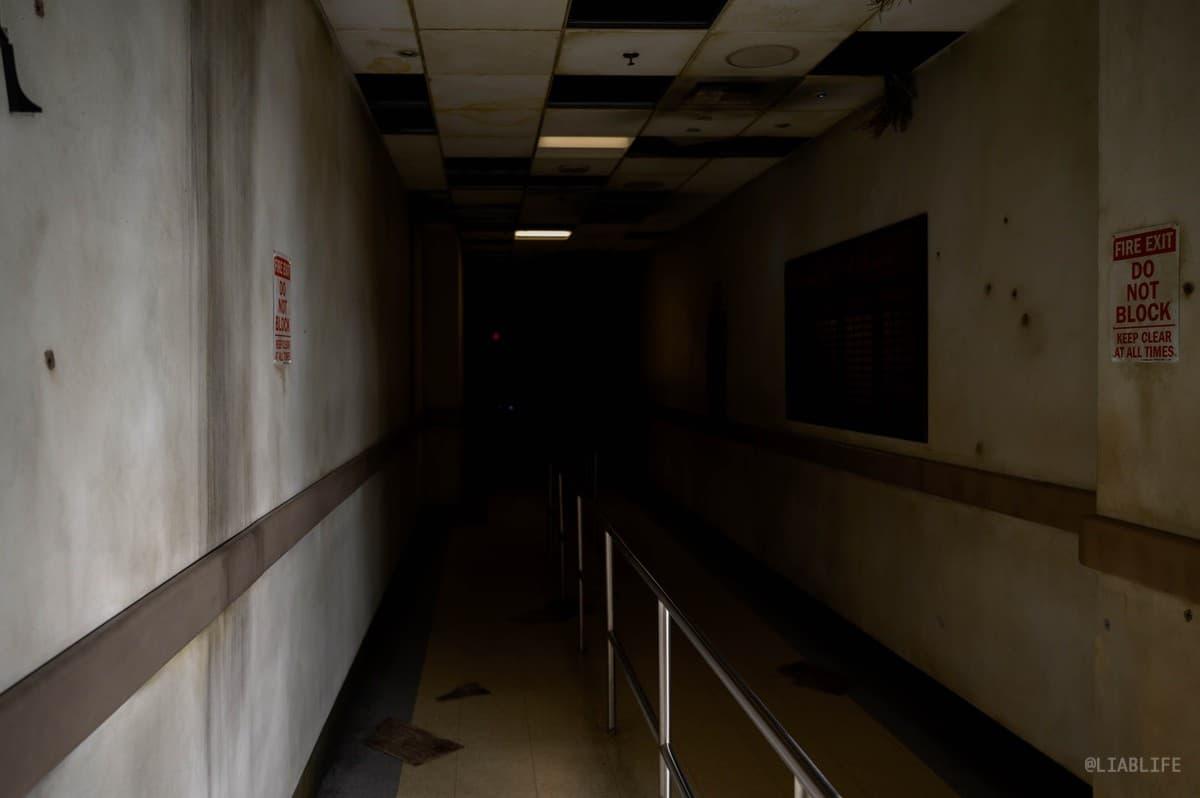 まずは廃墟感がある建物に入っていきます。