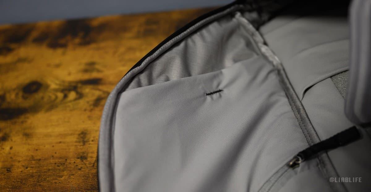 カバーが一枚減って上側のポケットが丸出し&仕切りが無くなりました