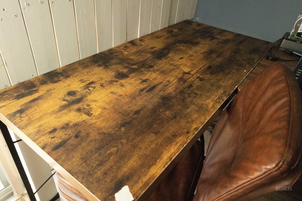 これが以前ニトリで買った机です。ない。