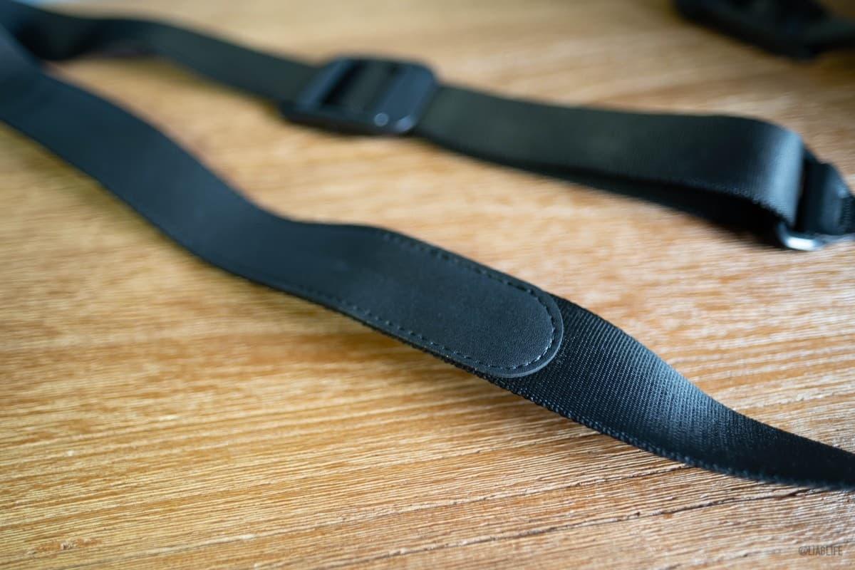 ストラップの肩部分の裏側にはレザーのパットが縫い付けてあります