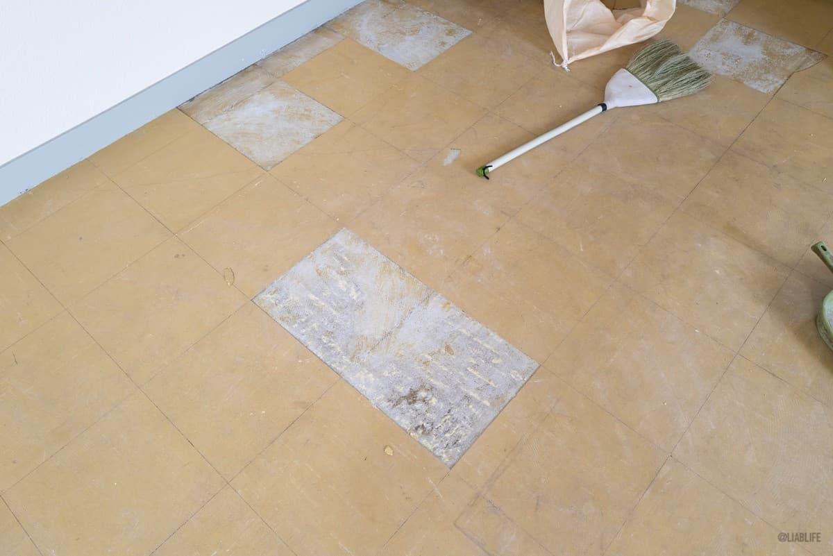 大きい方の部屋は、破損がひどいPタイルのみ新品に交換。
