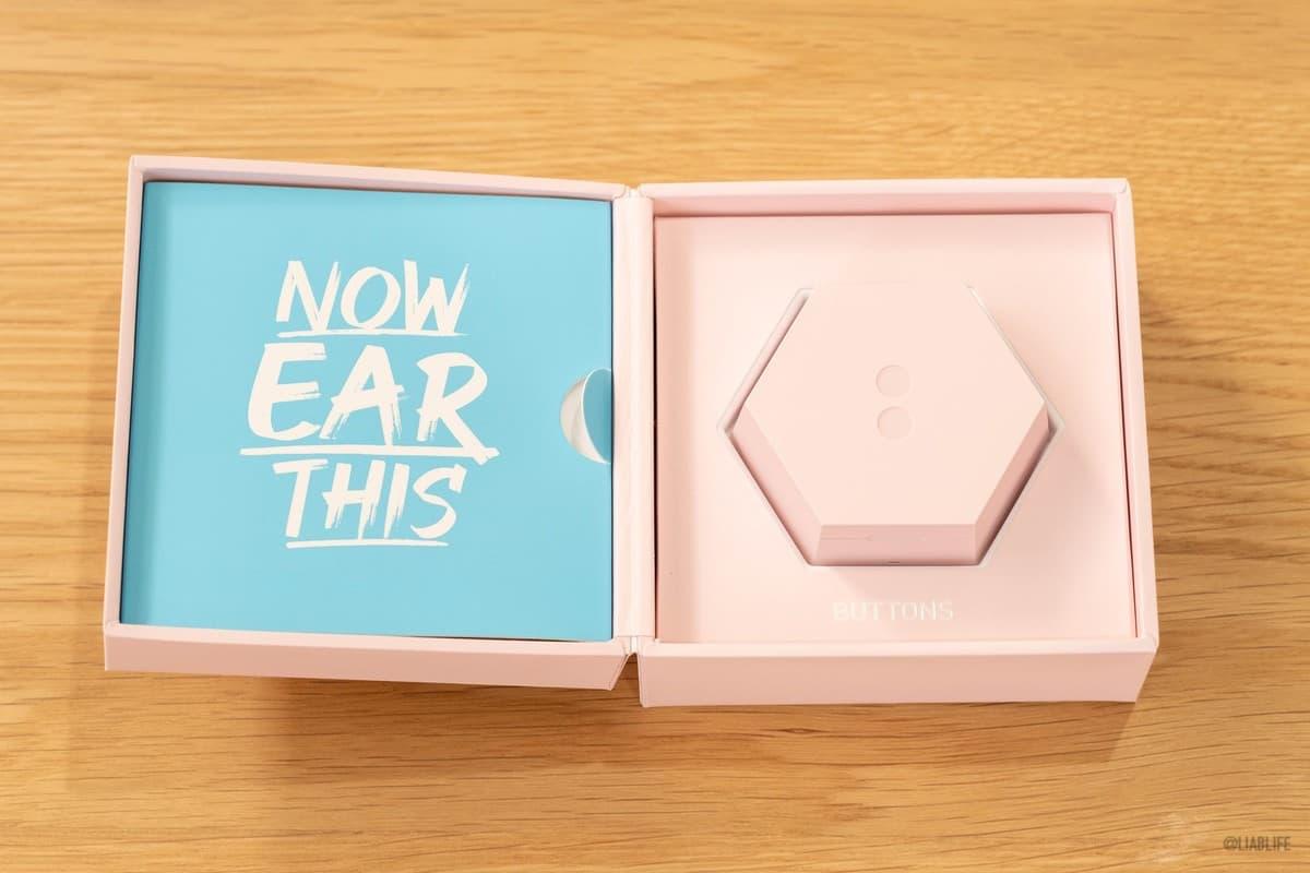 「NOW EAR THIS」というメッセージとともに、イヤホンケース本体がお目見えです。