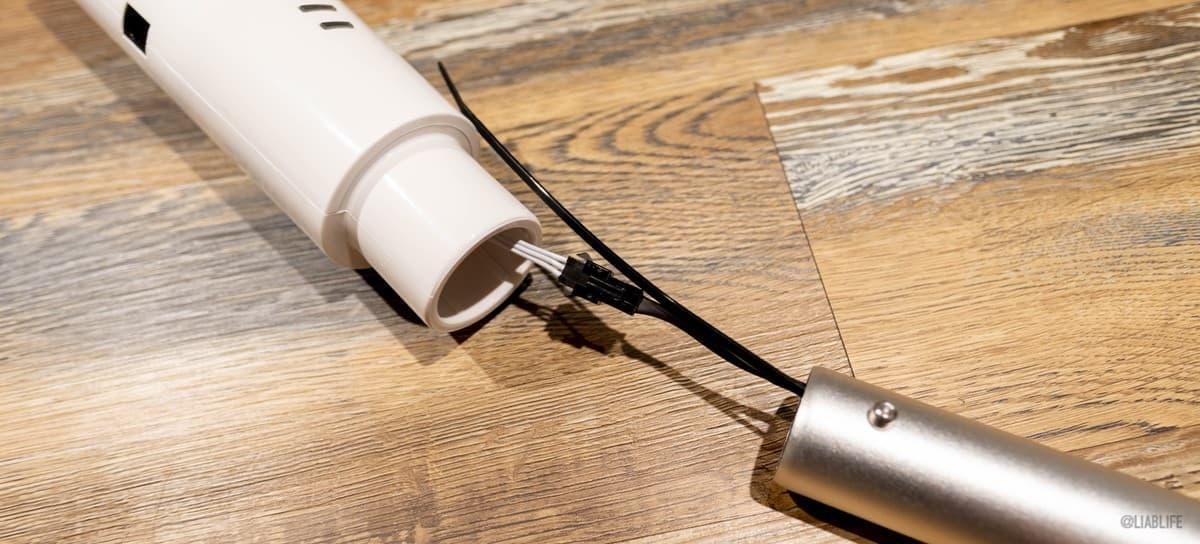 取っ手についているケーブルをパイプの中を通して、このように本体側のケーブルと接続します
