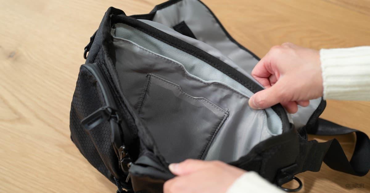 その前には財布やモバイルバッテリーやメモ帳など、少し大きめのものまで行ける収納部があります