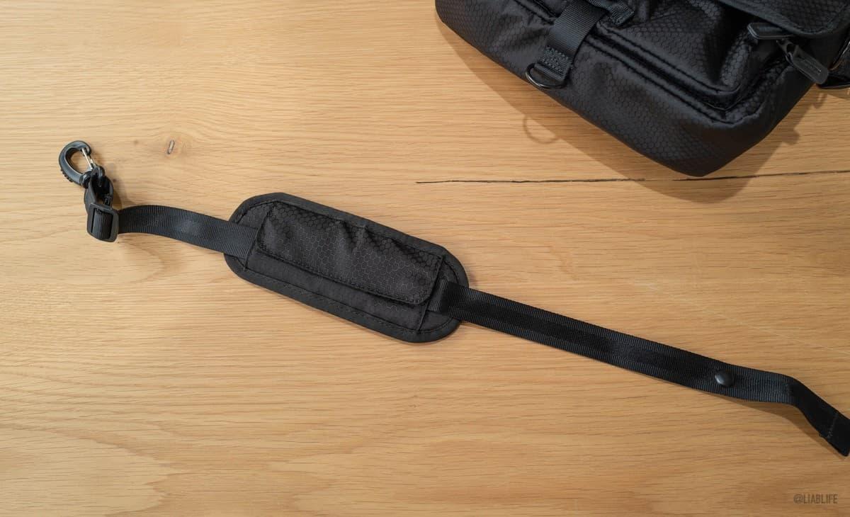 バッグを固定するアクションストラップも付属